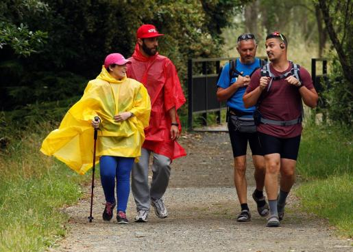 Un grupo de peregrinos de Barcelona y Sevilla, recorren el Camino de Santiago, a la altura de Melide (Coruña), en el día que abren oficialmente los albergues, tras la pandemia del coronavirus.