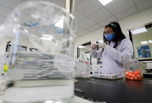 Un investigador, trabajando con los compuestos de Remdesivir en un laboratorio de El Cairo.