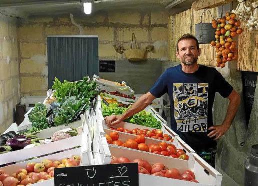 Pedro Osuna, en la finca de ses Terres, donde se pueden comprar productos ecológicos y ver dónde se cultivan.