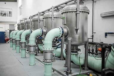 Imagen de la sala, en funcionamiento 24 horas, donde se controla toda el agua que circula por Ciutat. Y una de las salas de tratamiento de calidad de agua.