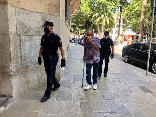 El acusado, custodiado por dos policías, entrando en la Audiencia de Palma.