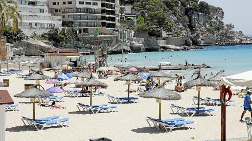 La playa de Cala Major ayer, la única de Palma que cuenta ya con hamacas y sombrillas.