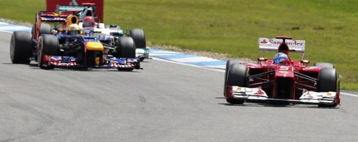 El piloto español de Fórmula Uno Fernando Alonso, de la escudería Ferrari, traza con su monoplaza una de las curvas del circuito de carreras de Hockenheim.