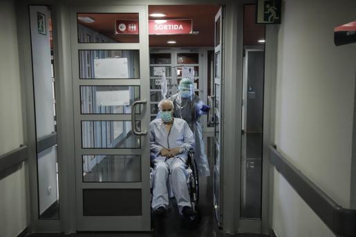 Un sanitario y un paciente en el hospital de Son Espases.