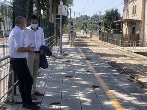 El conseller (derecha) se ha desplazado hasta Sineu para presentar el proyecto.