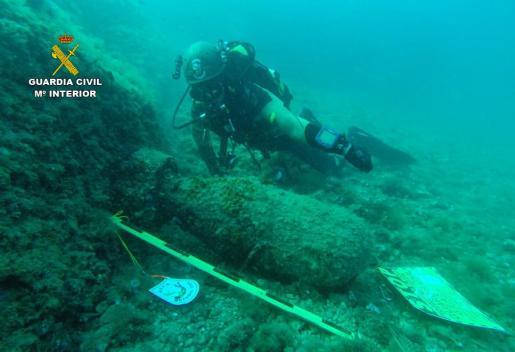 La Guardia Civil recuerda a toda persona que localice bajo el mar cualquier objeto que le resulte sospechoso que no debe nunca manipularlo, sino que tiene que ponerlo en conocimiento del instituto armado.
