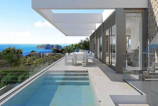 La piscina se encuentra en la terraza de la planta principal, donde también habrá zona de estar y comedor exteriores.
