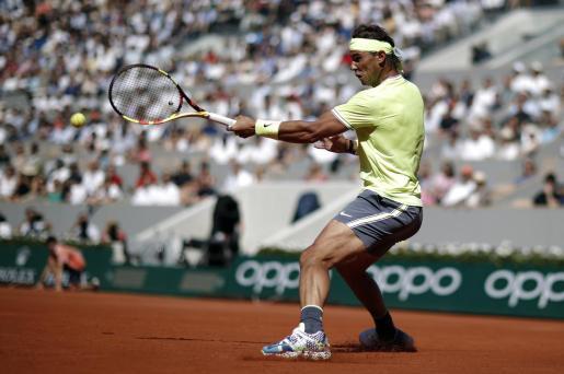 El tenista español Rafa Nadal devuelve una bola al belga David Goffin durante su partido de tercera ronda del torneo de Roland Garros del pasado año.