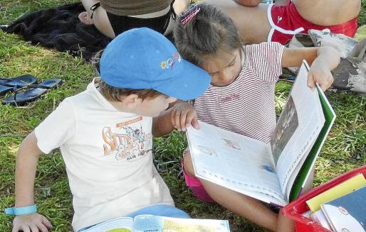 La lectura es una de las actividades más recomendables para los niños y niñas durante el largo verano escolar.