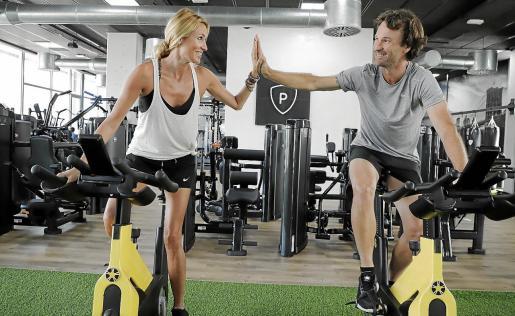La pareja, que muestra gran complicidad, practica deporte casi a diario en el gimnasio del tenista, donde ha trabajado todo el confinamiento para hacer una gran reforma y mejoras.