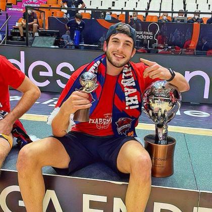 El jugador mallorquín del Kirolbet Baskonia posa con el trofeo de campeón de la Liga Endesa tras la final disputada entre el conjunto vasco y el Barcelona en la Fonteta de Sant Lluís en Valencia.