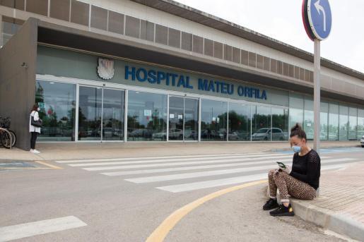 La niña fue ingresada en el hospital Mateu Orfila de Mahón tras descartarse su traslado a Palma debido a su crítico estado.