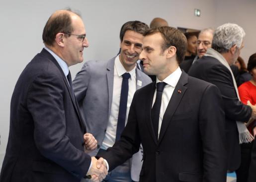 Emmanuel Macron (d) estrecha la mano de Jean Castex (i), nuevo primer ministro. Imagen de archivo