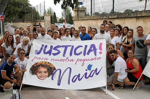 Familiares y allegados piden justicia para Naia en la entrada de La Salle, en 2019.