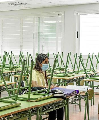 Una alumna coge apuntes en un instituto de Menorca.