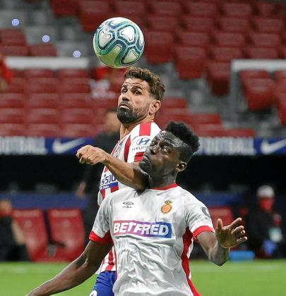 Batalla. Diego Costa golpea a Iddrisu Baba en una acción que le costó la amarilla al brasileño.