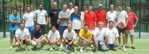 Foto de grupo de todos los participantes en el torneo de pádel.