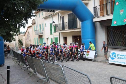 Imagen de la salida de una de las carreras del Memorial Miquel Pol, con los ciclistas ataviados con mascarillas.