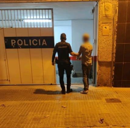 Imagen del detenido llegando a los calabozos en la Jefatura de la Policía Nacional.