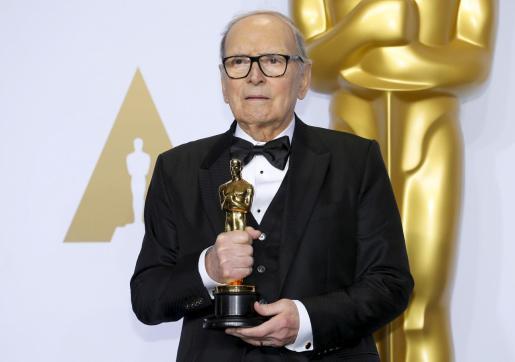 El compositor italiano, en una imagen de archivo con el Oscar.