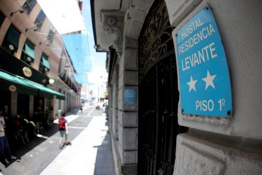 Vista del Hostal Levante, en la calle Postigo de San Martín del distrito Centro de la capital, donde la Policía Nacional investiga la muerte de una madre y de su hijo de 6 años y que según las primeras hipótesis la mujer habría matado al menor y luego se habría suicidado.