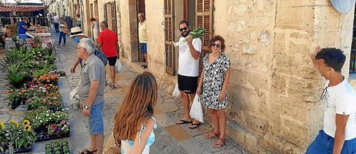 Este lunes, día de mercado, muchos vecinos conocieron entre corrilos de 'Plaça' que se había producido un movimiento sísmico.