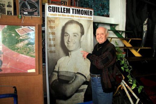Guillem Timoner posa junto a un cartel que recuerda sus seis campeonatos del mundo de ciclismo.