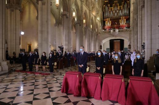 El rey Felipe, la reina Letizia (3d), la princesa Leonor (2d) y la infanta Sofía (d), en la misa funeral que se ha celebrado en la catedral de la Almudena, en Madrid, por todos los fallecidos a causa de la pandemia de coronavirus.