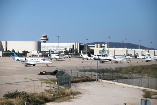 La plataforma de estacionamiento de aviones en la zona de Aviación General ha estado al completo durante todo este fin se semana, con más de 30 'jets' privados estacionados.