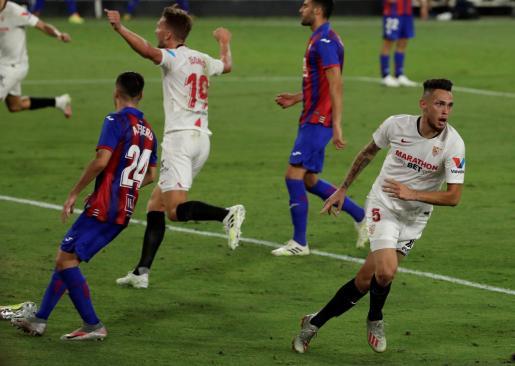 El delantero argentino del Sevilla, Lucas Ocampos, celebra el gol del equipo andaluz durante el encuentro contra el Eibar.