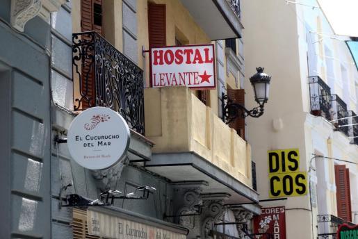 Vista del Hostal Levante en la calle Postigo de San Martín del distrito Centro de la capital este lunes donde la Policía Nacional investiga la muerte de una madre y de su hijo de 6 años.