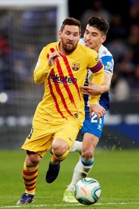 El delantero argentino del Barça Lionel Messi se escapa de Marc Roca, del Espanyol.