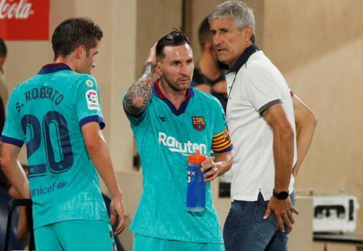 Quique Setién habla con sus jugadores durante el partido ante el Villarreal.