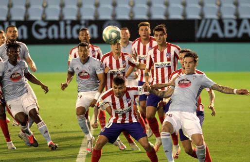 Jugadores del Celta de Vigo y del Atlético de Madrid disputan un balón durante el partido.