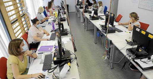 En la tercera planta de la Unidad Básica de Salud del Molinar se ha montado un 'call center' desde el que se hace la vigilancia de los contactos estrechos de los enfermos.