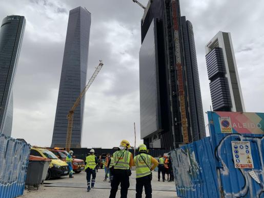 Los servicios de emergencia han desalojado a los obreros que trabajan este miércoles en la construcción de la torre Caleido por un escape de gas.