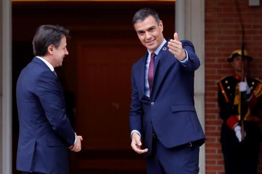El presidente del Gobierno, Pedro Sánchez, recibe al primer ministro italiano, Giuseppe Conte, en el Palacio de la Moncloa, este miércoles.