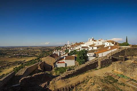 El municipio portugués de Reguengos de Monsaraz está a unos 35 kilómetros de Villanueva del Fresno (Badajoz).