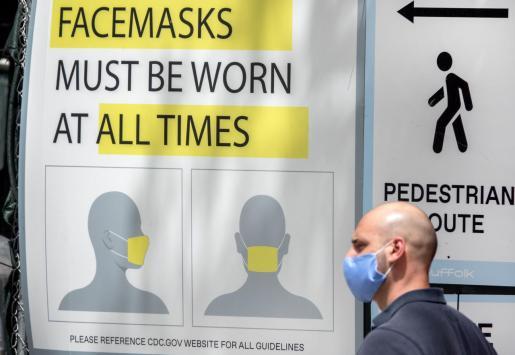 Cartel que avisa del uso de mascarillas en Miami.