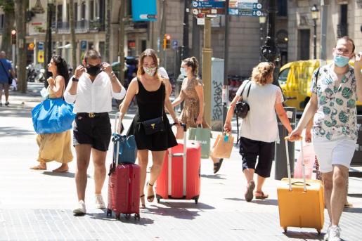 Las personas de más de seis años estarán obligadas a partir de este jueves a llevar mascarillas en Cataluña.