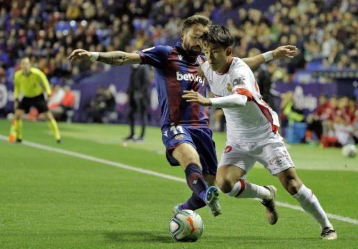 Takefusa Kubo, delantero japonés del Mallorca, intenta llevarse el balón ante el delantero del Levante, José Luis Morales, durante el encuentro de la primera vuelta disputado en el estadio Ciutat de Valencia.
