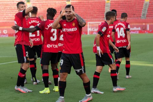 Juan Camilo 'Cucho' Hernández, delantero colombiano del Mallorca (en el centro), celebra uno de los goles del partido contra el Celta en el Visit Mallorca Estadi.