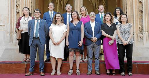 La presidenta del Govern, Francina Armengol, posa con su equipo de consellers tras la toma de posesión.