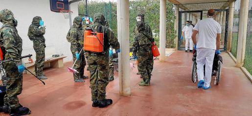Imagen de archivo del Ejército desinfectando La Residencia Son Tugores.