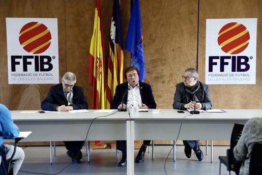 Miquel Bestard, en el centro, durante la Asamblea Extraordinaria del pasado febrero.