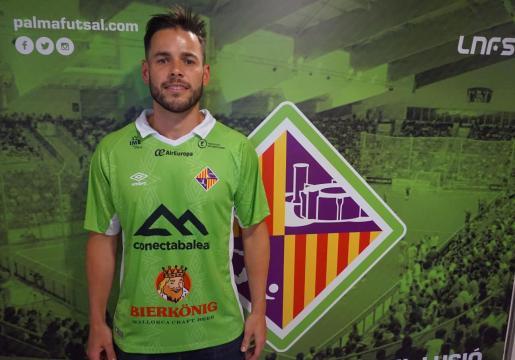 Marlon posa con la camiseta del Palma Futsal en el vestuario de Son Moix.