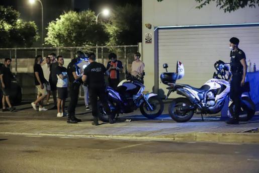 Policías realizando un control en un botellón celebrado en el polígono de Son Rossinyol.