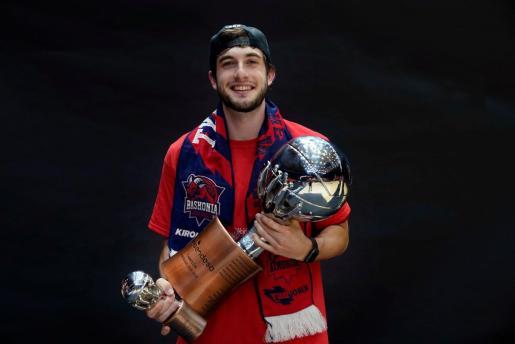 Sergi García posa con el trofeo de campeón de la Liga ACB.