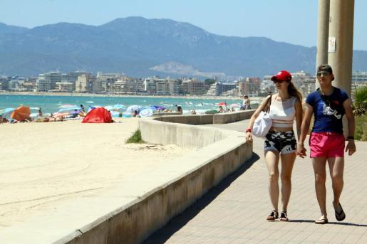 Turistas paseando por la playa de Palma.