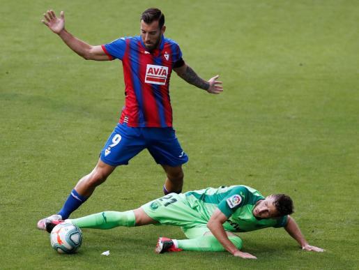 El delantero del Eibar Sergi Enrich pelea un balón con el centrocampista del Leganés Rubén Pérez